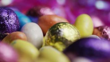 foto rotativa de doces de páscoa coloridos em uma cama de grama de páscoa - páscoa 194