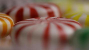 foto giratória de uma mistura colorida de vários doces duros - doce misturado 037