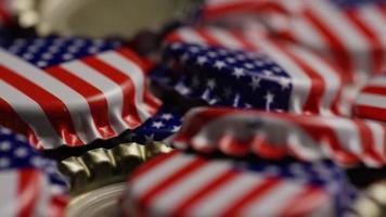 foto rotativa de tampas de garrafa com a bandeira americana impressa nelas - tampas de garrafa 043