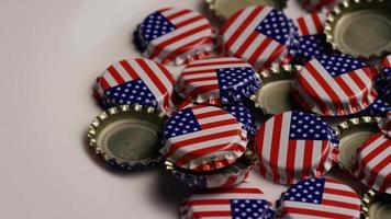 foto rotativa de tampas de garrafa com a bandeira americana impressa nelas - tampas de garrafa 031
