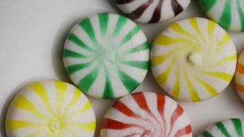 foto giratória de uma mistura colorida de vários doces duros - doce misturado 011