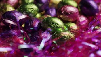 foto rotativa de doces de páscoa coloridos em uma cama de grama de páscoa - 247 de páscoa