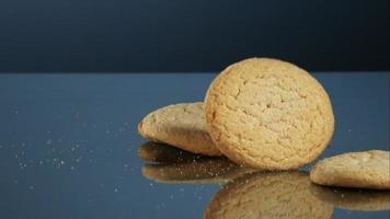 biscoitos caindo e quicando em ultra slow motion (1.500 fps) em uma superfície reflexiva - cookies fantasma 054