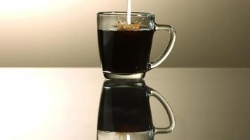 leche vertida en café en cámara ultra lenta (1,500 fps) - café con leche fantasma 004