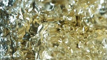 cerveja dourada derramando em câmera ultra lenta (1.500 fps) - asas de frango fantasma 014