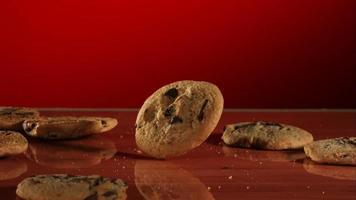 biscoitos caindo e quicando em ultra slow motion (1.500 fps) em uma superfície reflexiva - cookies fantasma 025