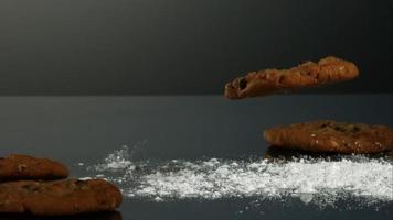 biscoitos caindo e quicando em ultra slow motion (1.500 fps) em uma superfície reflexiva - cookies fantasma 063