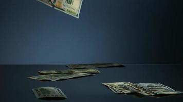 notas americanas de $ 100 caindo em uma superfície reflexiva - dinheiro fantasma 082 video