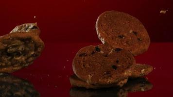 biscoitos caindo e quicando em ultra slow motion (1.500 fps) em uma superfície reflexiva - cookies fantasma 072