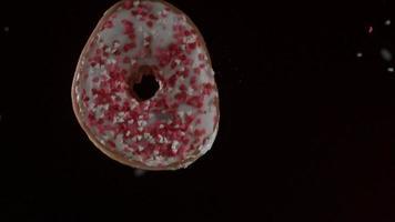 donuts caindo e quicando em ultra slow motion (1.500 fps) em uma superfície reflexiva - donuts phantom 051