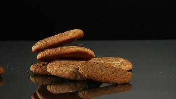 biscoitos caindo e quicando em ultra slow motion (1.500 fps) em uma superfície reflexiva - cookies fantasma 117
