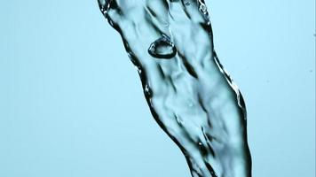 agua que se vierte y salpica en cámara ultra lenta (1,500 fps) sobre una superficie reflectante: el agua se vierte 138 video
