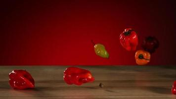 peperoni che cadono e rimbalzano in ultra slow motion (1.500 fps) su una superficie riflettente - bouncing peppers phantom 002