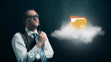 gracioso nerd o geek mirando a una nube voladora con un icono de archivo giratorio