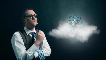 gracioso nerd o geek mirando a una nube voladora con un icono de ciencia de átomo giratorio