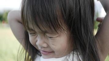 cámara lenta, de cerca adorable niña sonriente y tímida