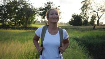 câmera lenta, mulher feliz alpinista caminhando na floresta