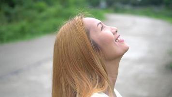 linda garota rezando olhando para o céu