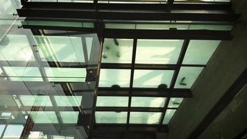 piso translúcido no shopping video