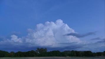 lapso de tiempo de cloudscape con campo agrícola