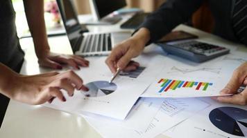 office comers hands fazendo análise e planejando um projeto de negócios em uma reunião de escritório. video