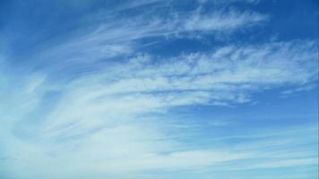 céu azul nublado fluindo suavemente video