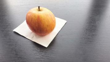 bella mela fresca è sul tavolo. concepn close up 4k, copia spazio