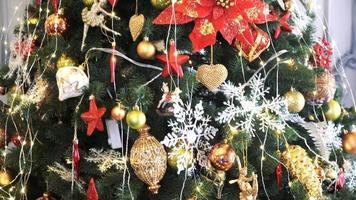 árvore de natal decorada com bolas em luzes cintilantes na sala. video