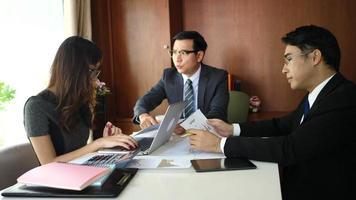 hommes et femmes d'affaires dans une dispute sérieuse sur un bureau lors d'une réunion.