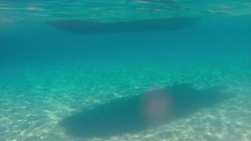 barco flotando con sombra en 4k