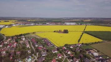 drone descendiendo al pueblo en 4k video