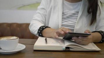 mãos de mulher usando smartphone no escritório em casa. video