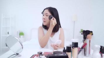 blogger de belleza presenta cosméticos de belleza sentados frente a la cámara frontal para grabar videos. video