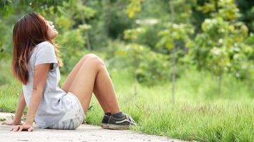 mulher triste sentada sozinha no parque