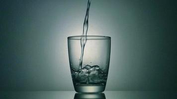 vertiendo agua en el vaso