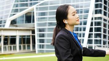empresária ouvindo música e dançando fora do escritório video