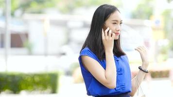 garota conversando em um lugar ao ar livre na frente de um trailer e indo para casa