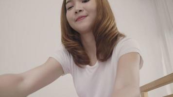 junge asiatische Frau, die einen Koffer packt