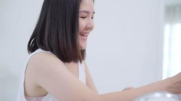feliz hermosa joven asiática uso revisión de cosméticos maquillaje tutorial transmisión video en vivo a redes sociales.