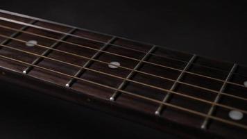 cuerda vibrante de una guitarra acústica
