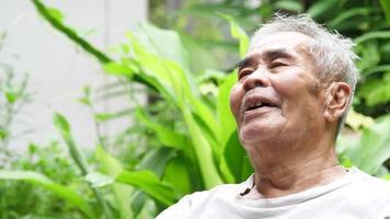 homem idoso rindo
