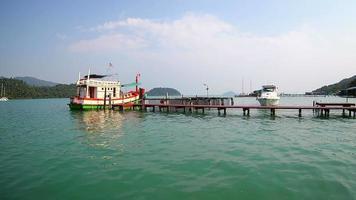 muelle de pesca en el mar de tailandia. video