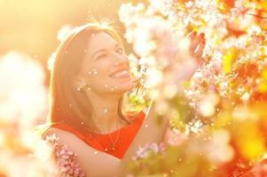 jovem feliz no jardim