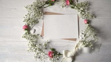 cartão com uma coroa de flores