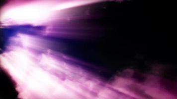 rosa Lichtstreifen durch aufgewühlte Zeitrafferwolken
