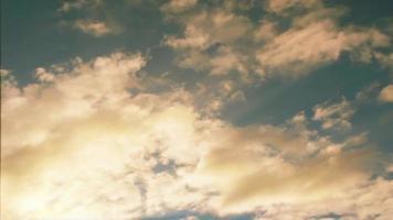 soffici nuvole bianche fluttuano in un cielo azzurro estivo
