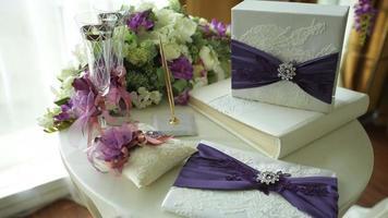 tavolo con attributi di nozze