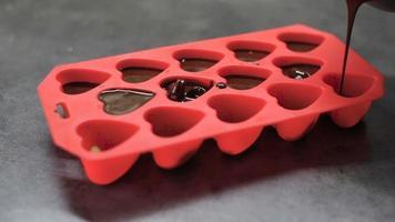 chocolate derretido derramado em moldes