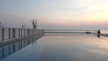 piscina all'aperto al tramonto