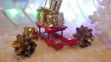 mini caixas de presente em um trenó vermelho